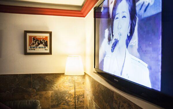 El café cuenta con un televisor en el que se suelen reproducir películas, documentales y retransmisiones de espectáculos norcoreanos. - Sputnik Mundo