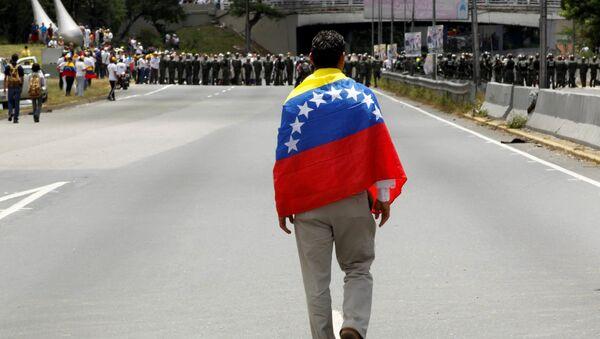 Partidiario de la oposición venezolana con la bandera de Venezuela (archivo) - Sputnik Mundo
