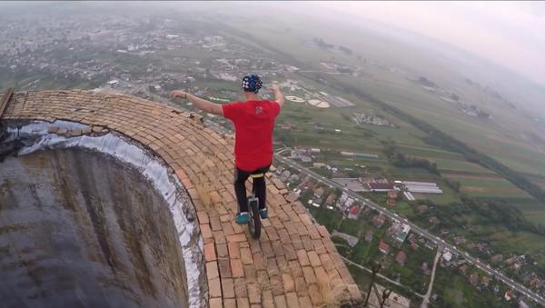 Acróbatas rumanos tientan a la suerte con un monociclo a 250 metros de altura - Sputnik Mundo