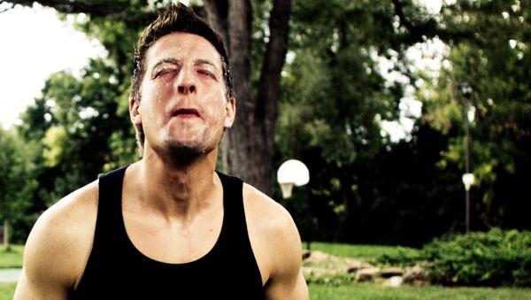 Un hombre con la cara torcida del dolor - Sputnik Mundo