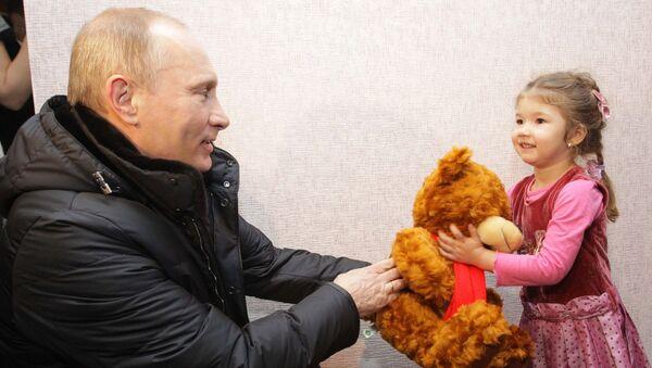 Vladímir Putin le regala un osito de peluche a una niña - Sputnik Mundo