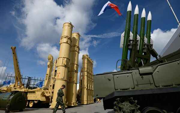 Sistemas antiaéreos rusos S-300VM Antey-2500 (izda.) y SA-17 Buk-M2 (dcha.) - Sputnik Mundo