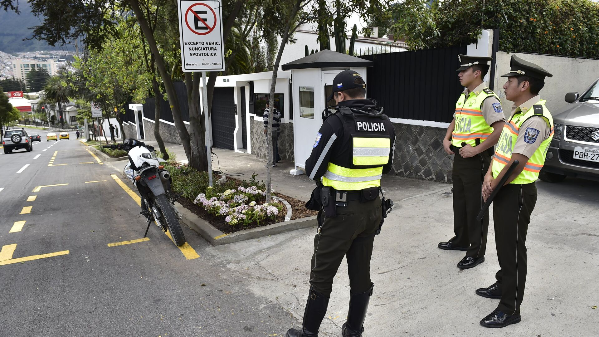 Police stand guard in front of the Apostolic Nunciature in Quito on July 4, 2015 - Sputnik Mundo, 1920, 22.09.2021