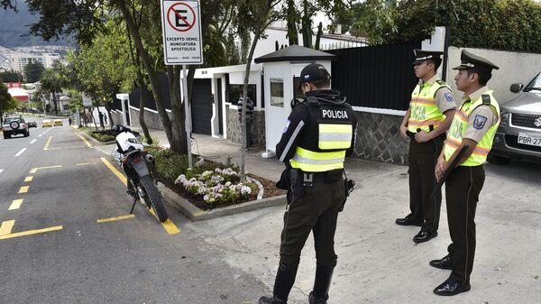 Police stand guard in front of the Apostolic Nunciature in Quito on July 4, 2015 - Sputnik Mundo
