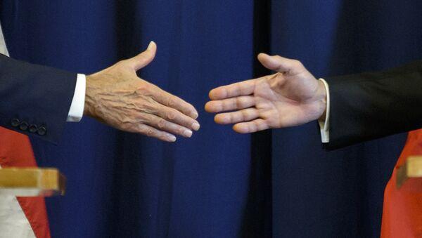 Secretario de Estado de EEUU, John Kerry, y ministro de Exteriores de Rusia, Serguéi Lavrov estrechan las manos - Sputnik Mundo