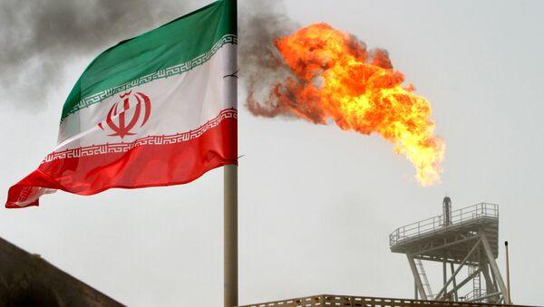 La bandera de Irán con una llama de gas en una plataforma de producción de petróleo al fondo - Sputnik Mundo