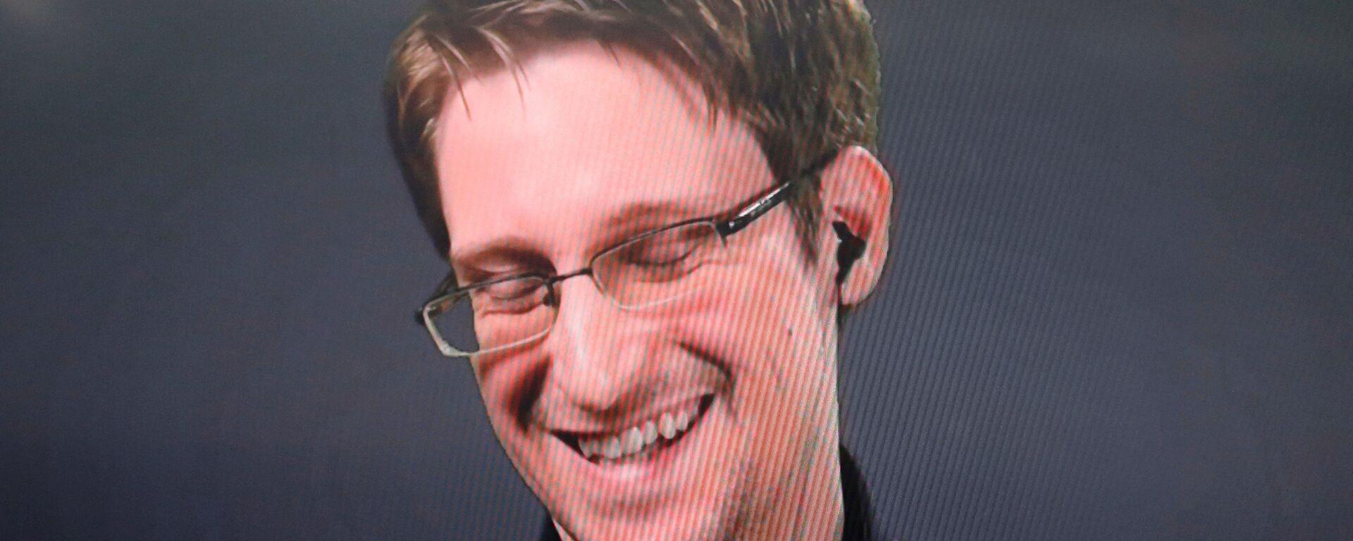 Edward Snowden speaks via video link during a news conference in New York City, U.S. September 14, 2016. - Sputnik Mundo, 1920, 04.10.2021
