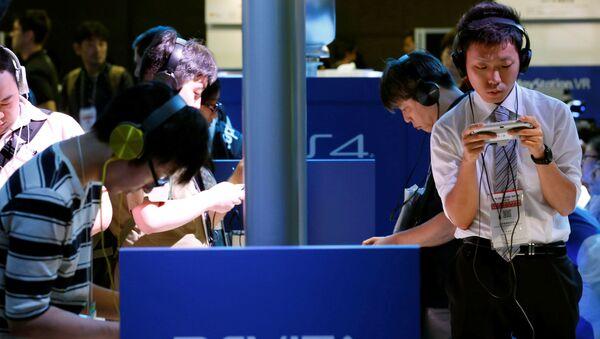 Посетители выставки Tokyo Game Show 2016 играют в Sony's PlayStation Vita, Токио, Япония - Sputnik Mundo
