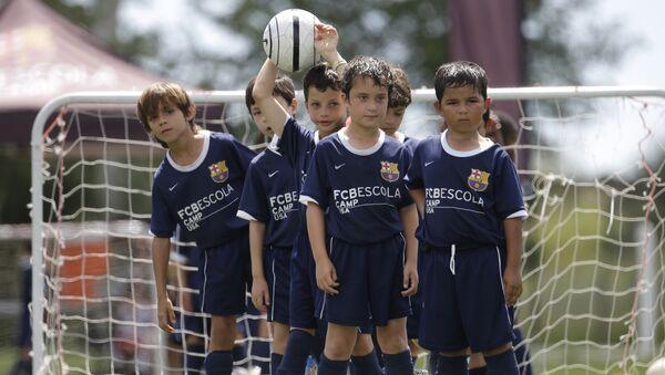 Los niños en la escuela de fútbol - Sputnik Mundo