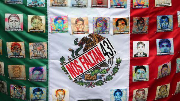 Bandera de México con las fotos de víctimas - Sputnik Mundo