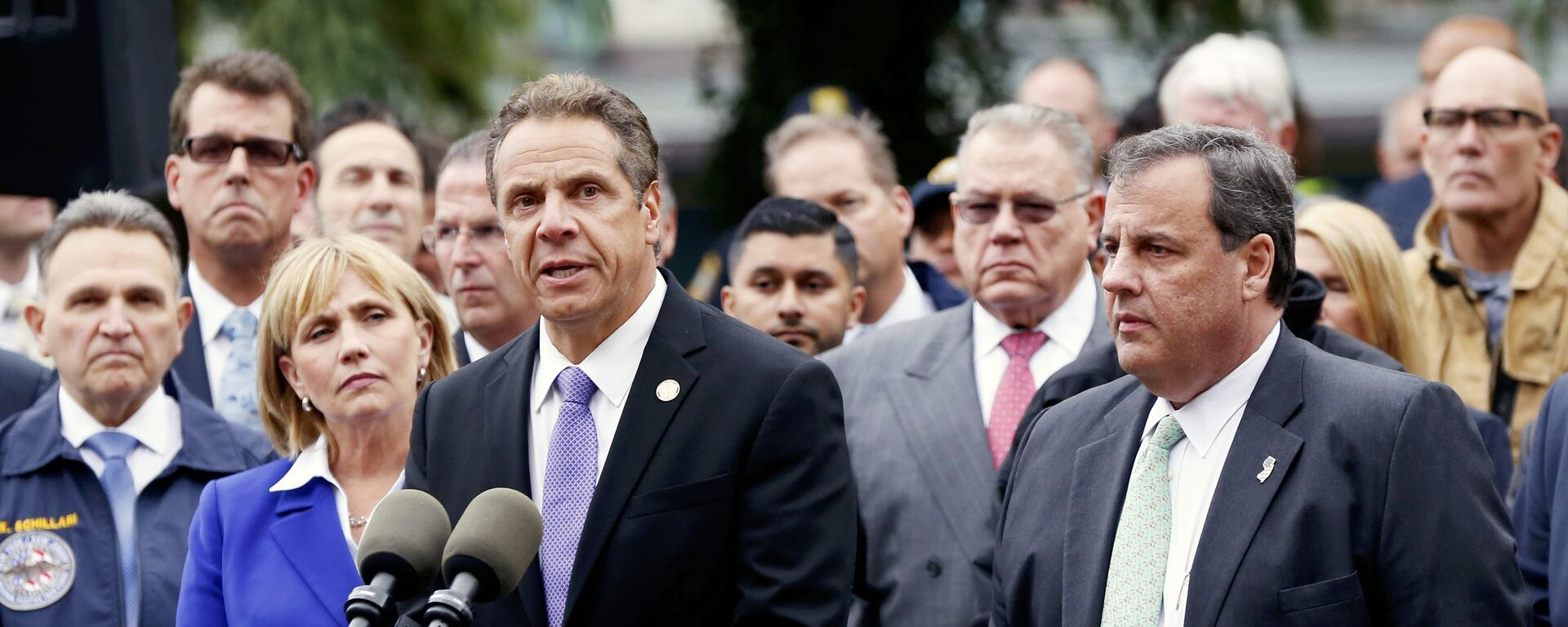 New Jersey Governor Chris Christie (R) looks on as New York Governor Andrew Cuomo speaks to media after a New Jersey Transit train derailed and crashed through the station in Hoboken, New Jersey, U.S. September 29, 2016. - Sputnik Mundo, 1920, 03.08.2021