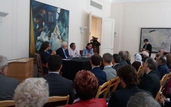 (De izquierda a derecha) Mercedes Salado Puerto (la antropóloga), el secretario de DDHH Claudio Avruj, el embajador español Estanislao de Grandes Pascual, Tomás García Bermejo y la presidenta de la Comisión de Desaparecidos Españoles en Argentina, Consuelo Castaño - Sputnik Mundo