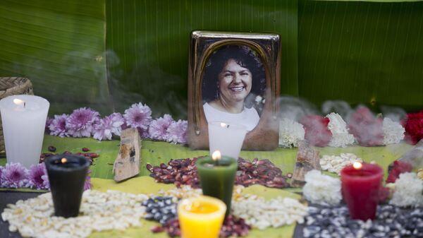 Foto de Berta Cáceres en un altar levantado en su memoria - Sputnik Mundo