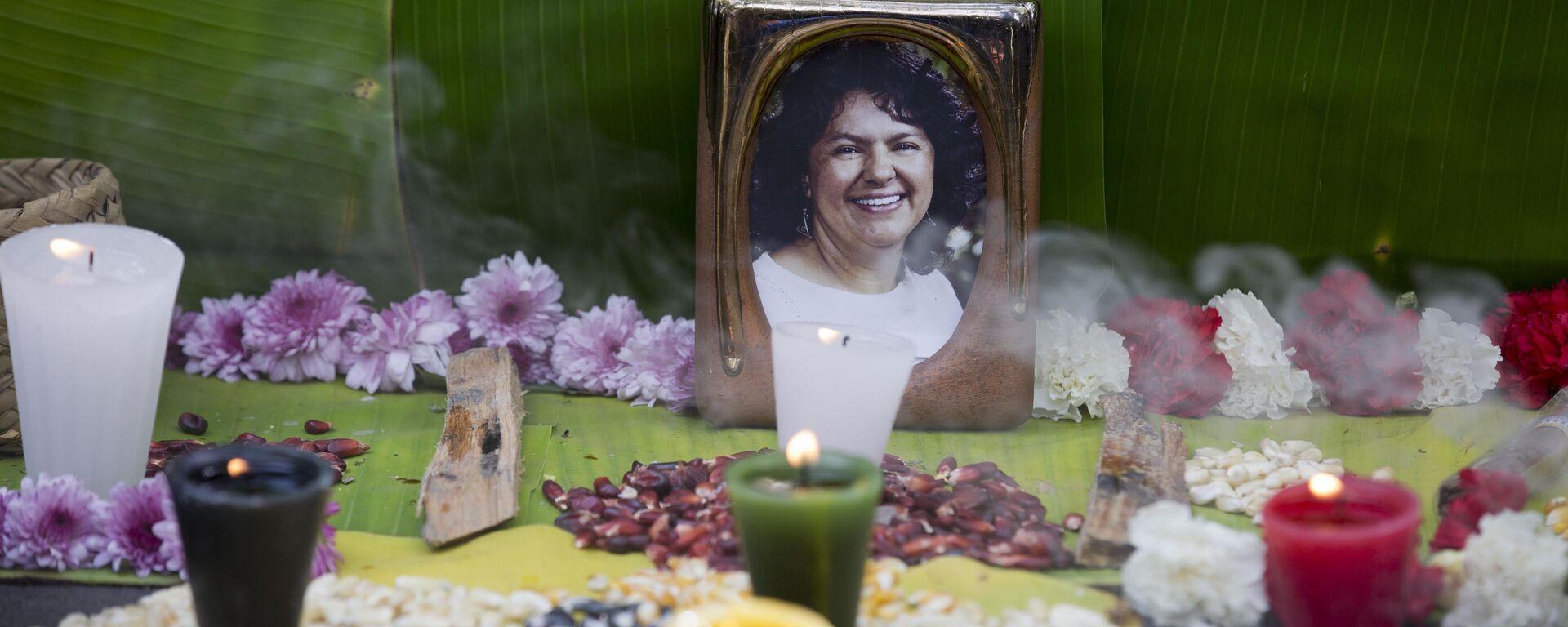 Foto de Berta Cáceres en un altar levantado en su memoria - Sputnik Mundo, 1920, 28.09.2020