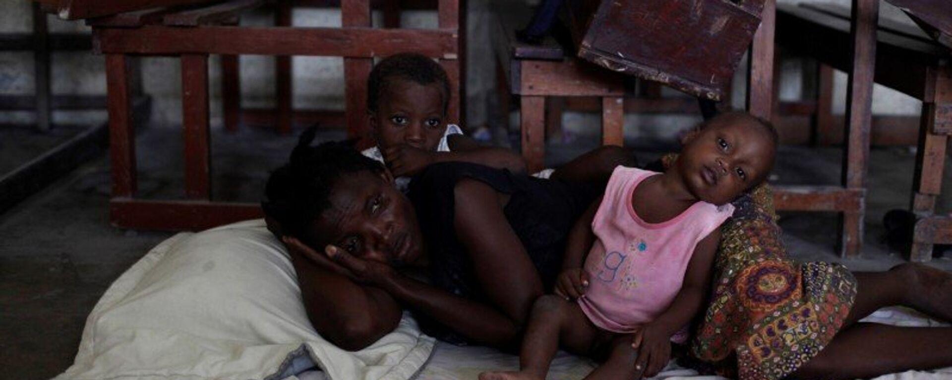 Mujer con dos niños en un refugio por el huracán Matthew en Haití - Sputnik Mundo, 1920, 18.09.2021