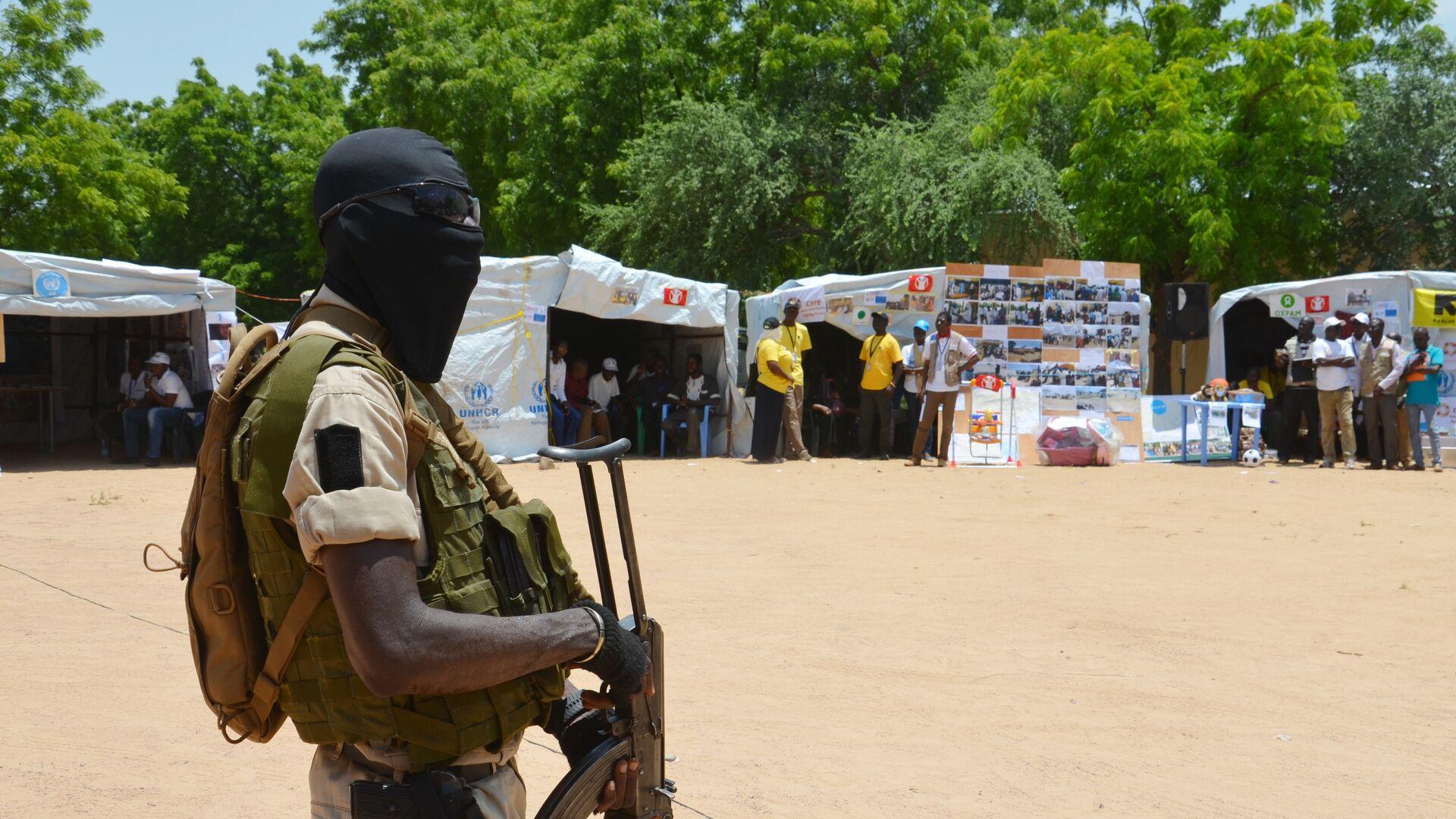 Un soldado de Níger cerca a un punto de información para gente desplazada (Archivo) - Sputnik Mundo, 1920, 22.09.2021