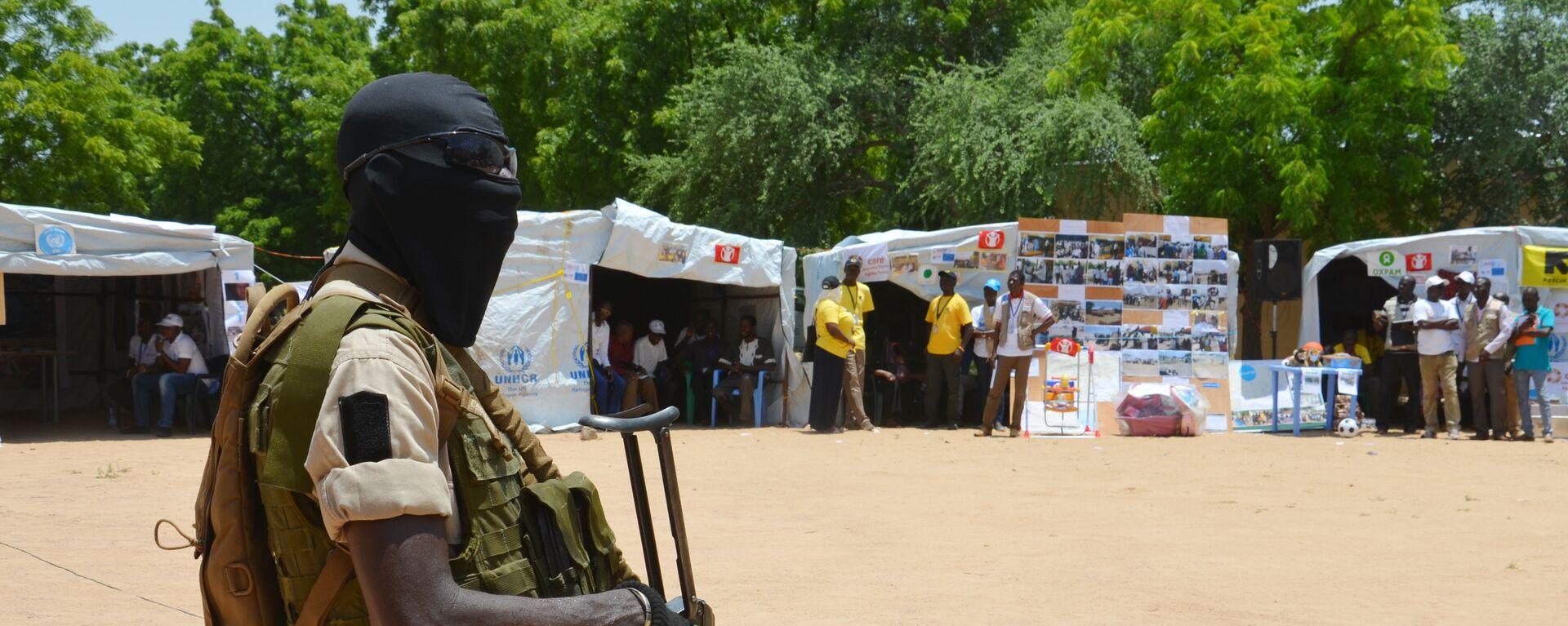 Un soldado de Níger cerca a un punto de información para gente desplazada (Archivo) - Sputnik Mundo, 1920, 02.01.2021