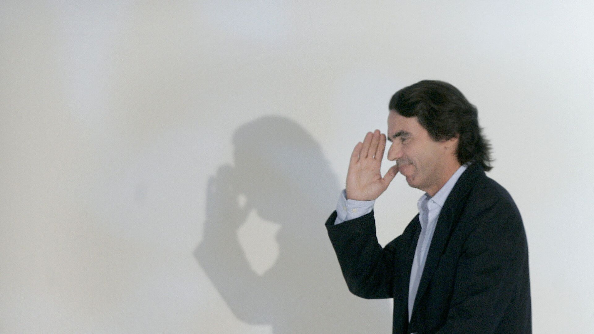 Former Spanish Prime Minister and honorary president of the Popular Party Jose Maria Aznar, salutes after his speech during the second day of the party's XVI th congress in Valencia, Spain, Saturday, June, 21, 2008 - Sputnik Mundo, 1920, 24.03.2021