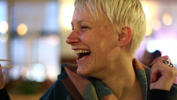 Una mujer sonriendo - Sputnik Mundo