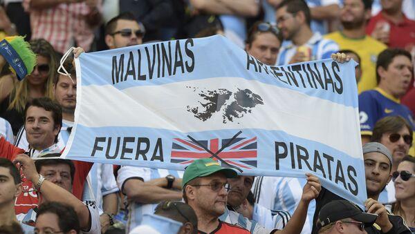 Bandera que respalda la causa argentina por las Islas Malvinas - Sputnik Mundo