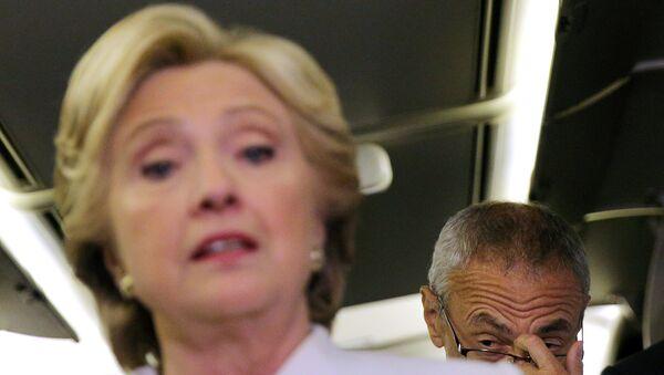 La candidata demócrata, Hillary Clinton, y el jefe de la campaña, John Podesta - Sputnik Mundo