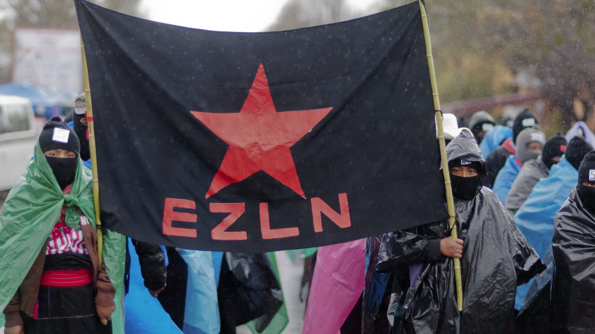 Mayan indigenous people with their faces covered, hold a flag of the Zapatista Army of National Liberation (EZLN) during a march in San Critobal de las Casa, Chiapas state, Mexico on December 21, 2012, - Sputnik Mundo, 1920, 21.09.2021