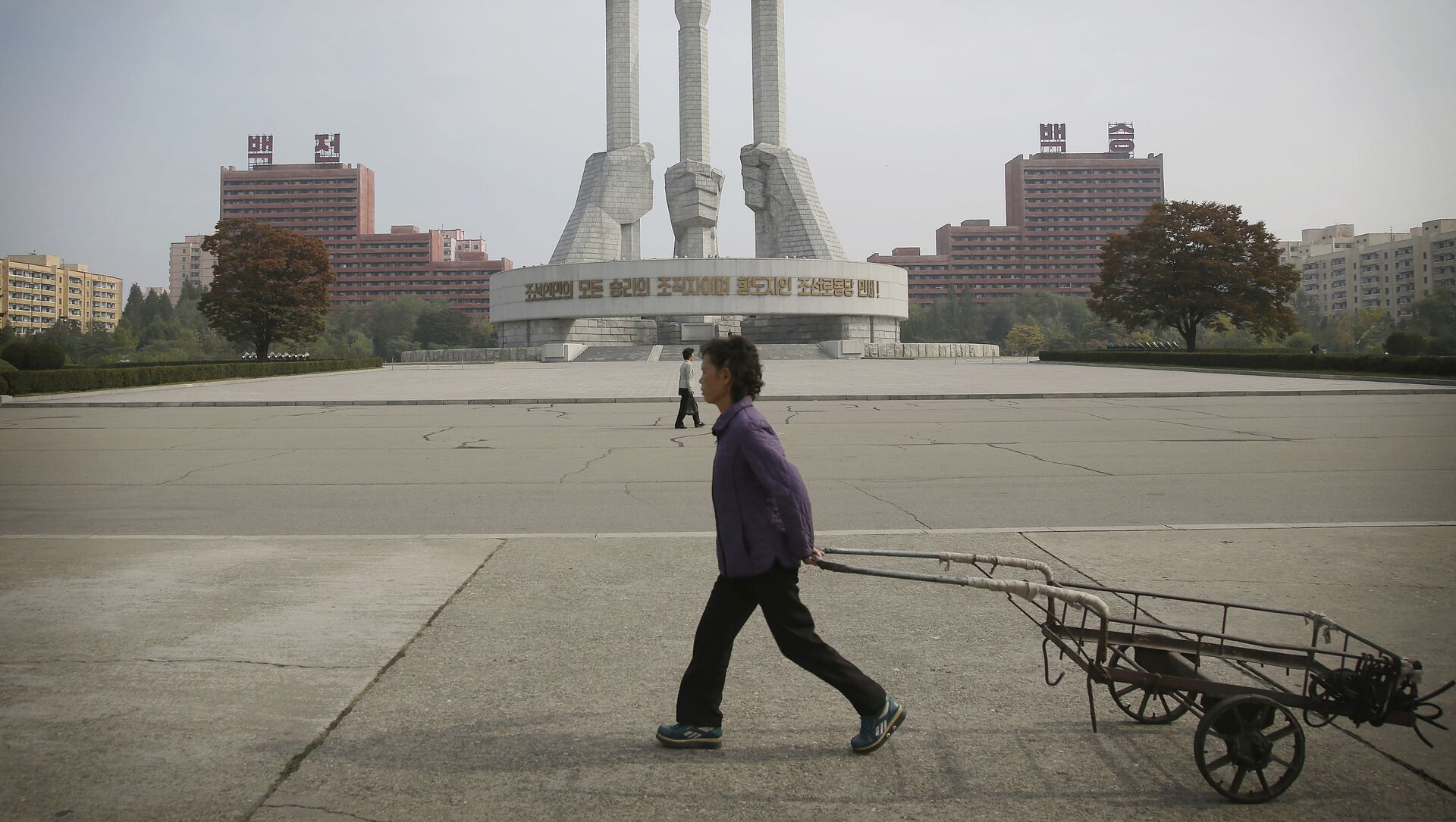 North Korean women walk past a monument built 11 years ago to honor the founding of the Workers' Party of North Korea on Saturday, Oct. 15, 2016, in Pyongyang, North Korea - Sputnik Mundo, 1920, 02.02.2021