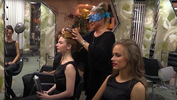 Uñas de 10 centímetros, el secreto de la peluquera más rápida del mundo - Sputnik Mundo