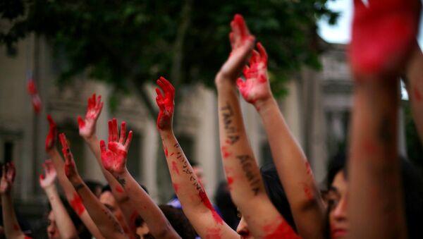 Demonstrators rise their painted hands during a peaceful march against gender violence in Santiago, Chile, October 19, 2016. REUTERS/Ivan Alvarado - Sputnik Mundo