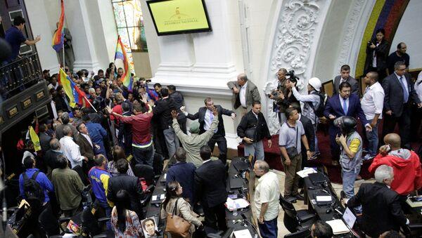 Seguidores de Nicolás Maduro, presidente venezolano - Sputnik Mundo
