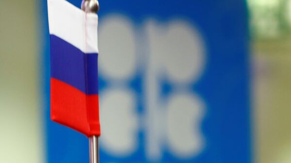 La bandera de Rusia y el logo de OPEP - Sputnik Mundo