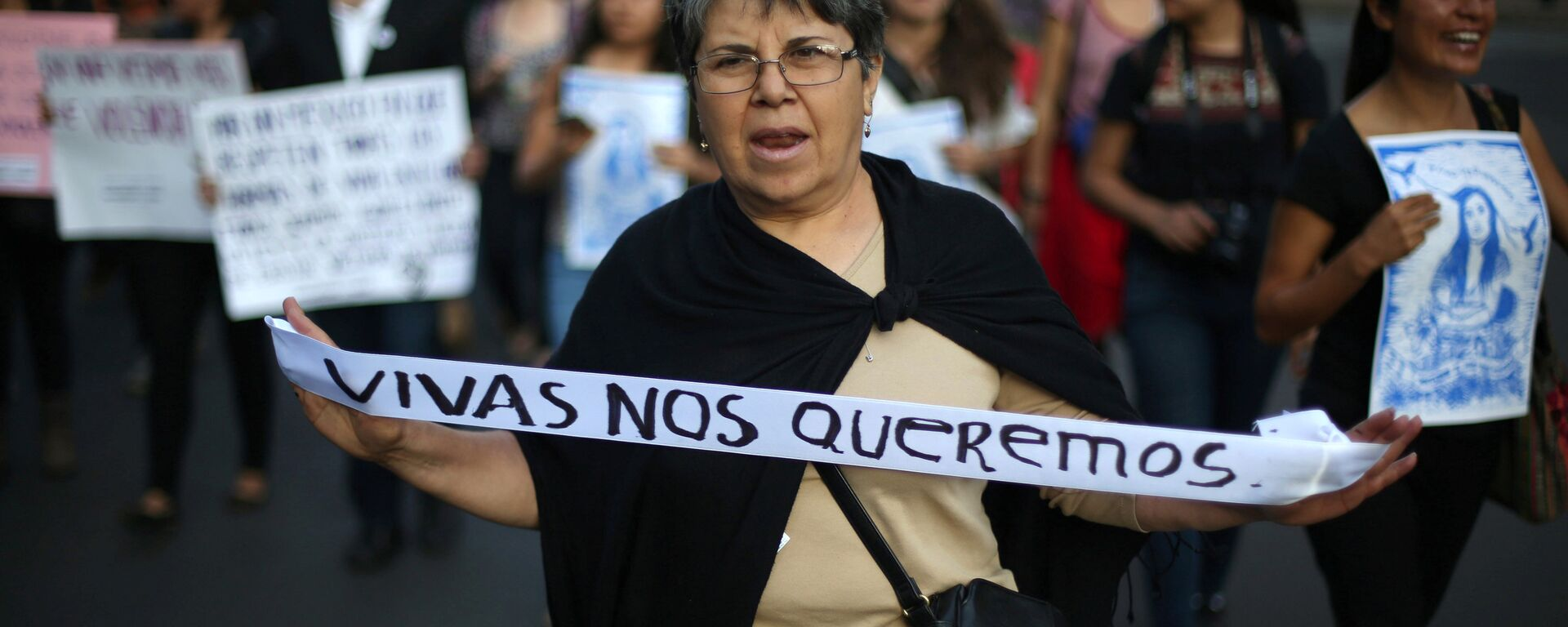 A woman takes part in a march to protest violence against women and the murder of a 16-year-old girl in a coastal town of Argentina last week, at Reforma avenue, in Mexico City, Mexico, October 19, 2016 - Sputnik Mundo, 1920, 03.03.2021