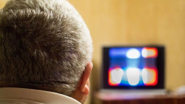 Un hombre asiste a un programa de televisión (archivo) - Sputnik Mundo