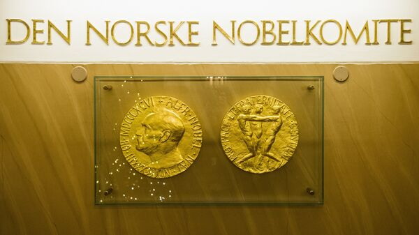 The two sides of the Nobel medal with the profile of Alfred Nobel on one side - Sputnik Mundo