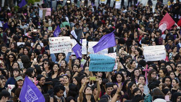 Mujeres protestan contra la violencia de género en Argentina - Sputnik Mundo