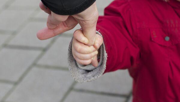 La mano de un niño - Sputnik Mundo