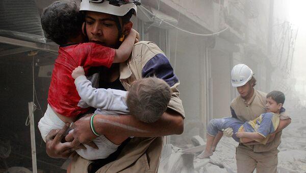 Miembros de Cascos Blancos con menores en manos - Sputnik Mundo