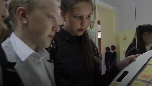 Alumnos de una escuela rusa pagan con la palma de la mano en el comedor - Sputnik Mundo