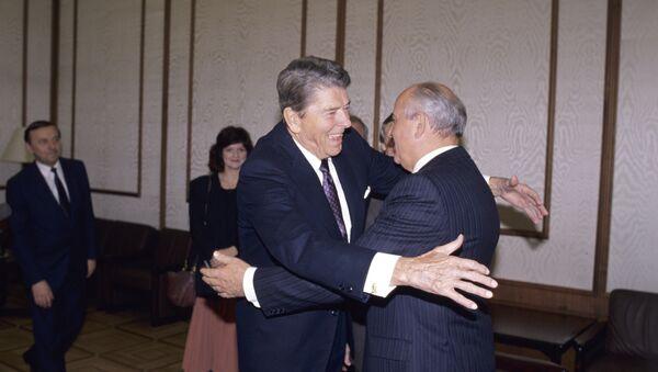 Ronald Reagan y Mijail Gorbachov - Sputnik Mundo