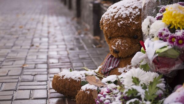 Цветы в память о жертвах крушения Airbus A321 у посольств РФ в зарубежных странах - Sputnik Mundo