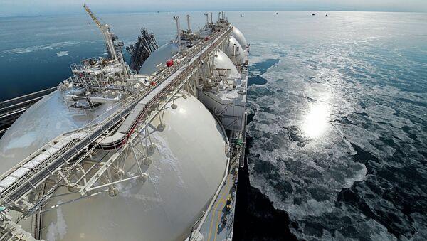 Buque cisterna con el gas natural licuado - Sputnik Mundo