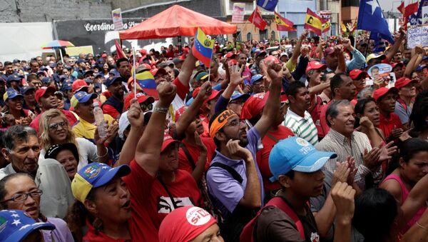 Partidarios del presidente de Venezuela, Nicolás Maduro, fuera del edificio de la Asamblea Nacional en Caracas el 1 de noviembre de 2016 - Sputnik Mundo