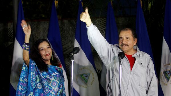 Daniel Ortega, Nicaragua's current president and presidential candidate from the ruling Sandinista National Liberation Front, shows his ink stained thumb to the media beside his wife Rosario Murillo - Sputnik Mundo