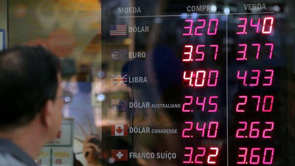 La situación con el dólar en Brasil - Sputnik Mundo