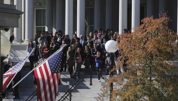 La gente está esperando la llegada de Donald Trump cerca de la Casa Blanca - Sputnik Mundo