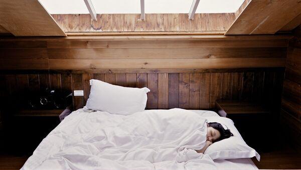 Una mujer durmiendo (archivo) - Sputnik Mundo