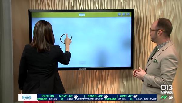 Presentadora trata de dibujar un cañón - Sputnik Mundo