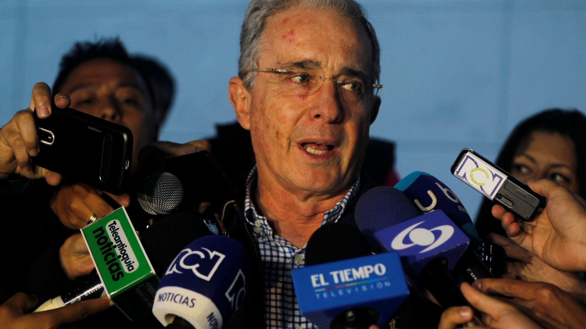 Colombian former president and Senator Alvaro Uribe talks to the media after a meeting with Colombia's President Santos at military air base in Rionegro, Colombia - Sputnik Mundo, 1920, 06.03.2021
