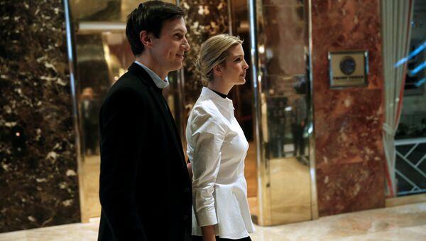 Ivanka Trump camina por el vestíbulo con su esposo Jared Kushner - Sputnik Mundo