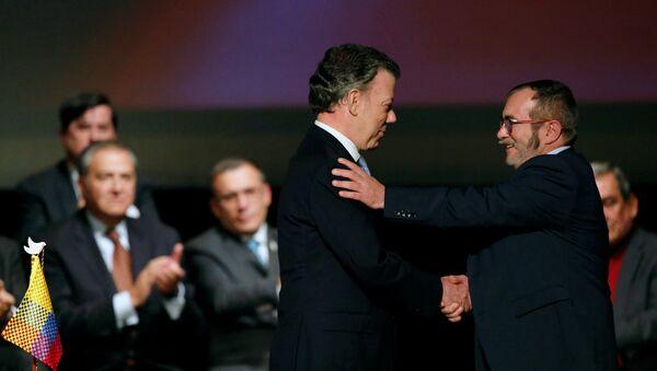 Presidente de Colombia, Juan Manuel Santos, y máximo líder de las FARC, Rodrigo Londoño Echeverri, alias 'Timochenko', firman el nuevo acuerdo de paz (archivo) - Sputnik Mundo